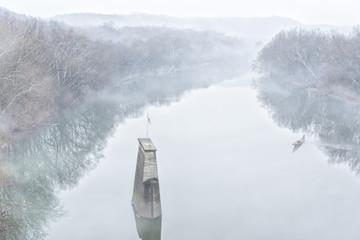 Rio y niebla