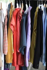 Kleidung auf Bügel