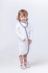 маленькая девочка играет в медсестру
