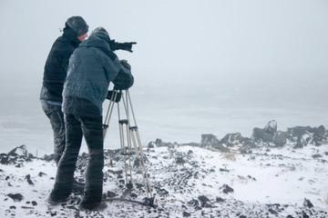 Forscher filmen eine stürmische Küste