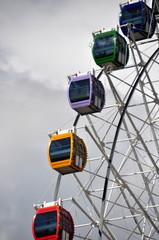 Riesenrad mit bunten Kabinen in Astana