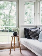 Gemütliche Sitzecke am Fenster in nordischem Haus