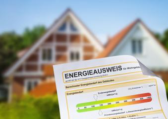 Energieausweis vor einem Haus