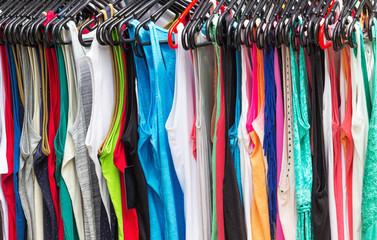 Bunte T-Shirts auf Kleiderstange