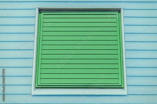 Fenêtre Jalousie Métallique Verte Fond Bardage Bois Bleu I Stock