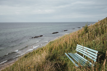 Bank an der Küste mit Meerblick