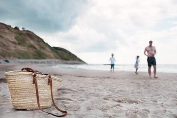 Vater mit seinen 2 Kindern am Strand
