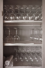 Weingläser in Schrank