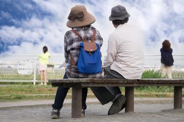 ベンチ 休憩 老夫婦