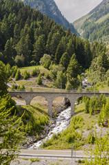 Susch, Dorf, Engadin, Unterengadin, via Engiadina, Eisenbahnbrücke, Bergbach, Sagliains, Autozug, Alpen, Graubünden, Sommer, Schweiz