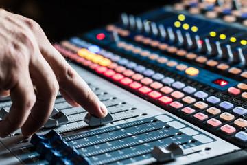 Tonstudio Hand an Schieberegler