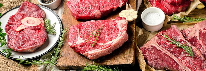 Keuken foto achterwand Vlees Raw beef meat on a dark wooden board.