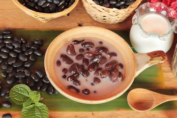 Black bean in coconut milk with glutinous rice