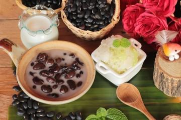 Black bean in coconut milk with glutinous rice