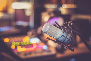Mikrofon im Tonstudio, farbenfroh