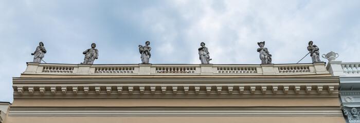 Statuen auf dem Behnhaus Drägerhaus in Lübeck, Deutschland