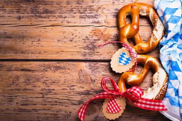 Oktoberfest - Brezeln mit Bayern Deko auf Holz