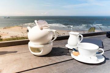Ostfriesische Teekultur; Kanne mit Tee am ziehen auf dem Stövchen, Norderney, Ostfriesische Inseln, Deutschland