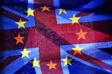 Europafahne und Union Jack übereinander gelegt im Gegenlicht