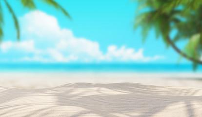 Spiaggia bianca deserta con palme e sole
