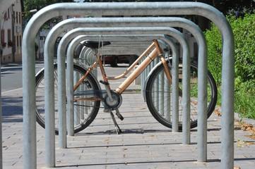 Fahrradständer aus Edelstahl vor einem öffentlichen Gebäude