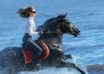 Fotoväggar - Horse woman and Spanish horse speed running into sea with splashes