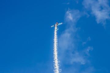 Спортивные самолеты в небе и след от них