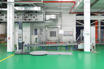 Stretch wrapping conveyor