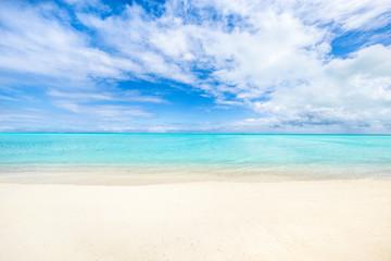 Weißer Strand und türkisblaues Meer