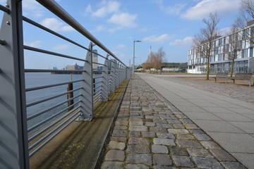 Uferweg mit Geländer