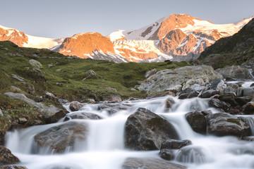 Berglandschaft Sustenpass in der Schweiz im Abendlicht (Langzeitbelichtung)