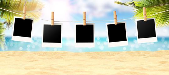 Schöner Strand mit Polaroid Fotos - Urlaub Konzept