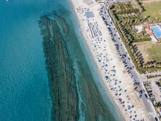 Fondale marino visto dall'alto, spiaggia di Zambrone, Calabria, Italia. Immersioni relax e vacanze estive. Coste italiane, spiagge e rocce. Vista aerea