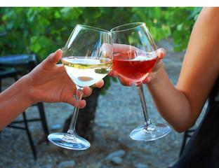 Anstoßen mit Weißwein und Rosewein