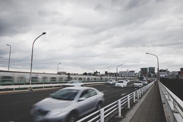 自動車と街並み