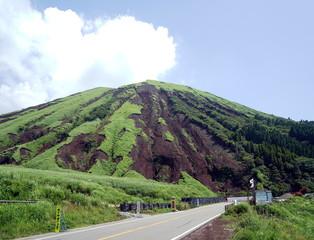 2016年4月の熊本地震で崩落した阿蘇山の杵島岳(きしまだけ) 1年3か月後の様子