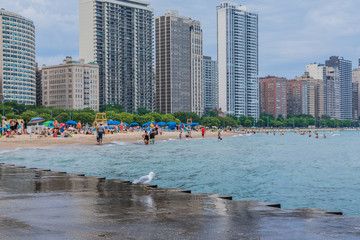Oak street beach, im Hintergrund Wolkenkratzer Skyline, Chicago
