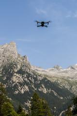 Italia: un drone in volo nella Val di Mello, una valle verde circondata da montagne di granito e boschi, ribattezzata la Yosemite Valley italiana dagli amanti della natura