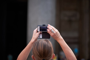 Turista scatta fotografia del Pantheon, Roma