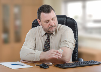 Businessman gets self-vaccination against influenza