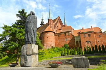Photo sur Plexiglas Commemoratif FROMBORK, POLAND. Monument to Nicolaus Copernicus and fragment of a cathedral complex