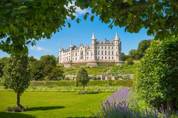 Fotobehang Kasteel Daylight view of Dunrobin Castle - Scottish Highlands