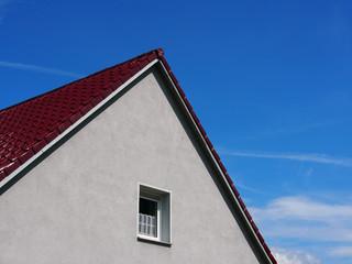 Eigenheim: Einfacher Hausgiebel, 50er Jahre Siedlungshaus, Deutschland