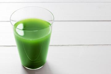 野菜ジュースと野菜で健康イメージ