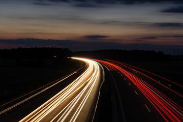 Fotobehang Nacht snelweg Langzeitaufnahme einer deutschen autobahn bei Nacht
