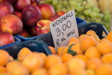 Reife Früchte auf italienischem Wochenmarkt