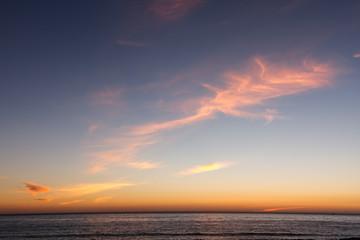Cielo y océano atlántico al atardecer desde la Playa de las Furnas. Porto do Son, La Coruña, Galicia.