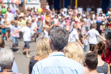 Zuschauer beim Sommerfest einer Grundschule