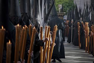 Fototapete - hermanos nazarenos de la semana santa de Sevilla