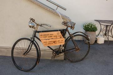 Altes Fahrrad mit Spruchtafel
